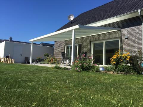 Terrassendach weiß mit Sonnenschutz- Stegplatten